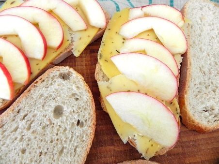apple-gouda grilled cheese