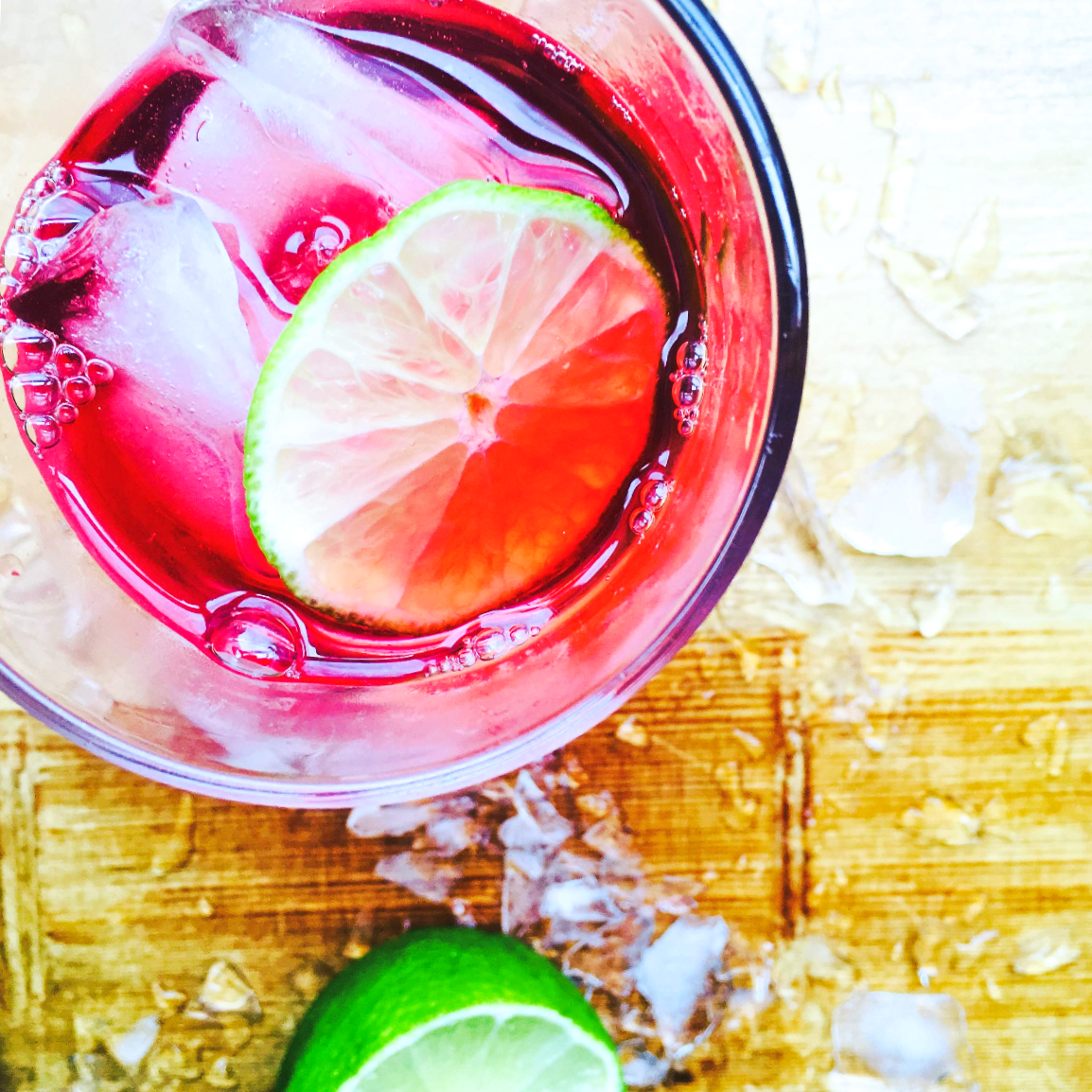 herbal iced tea with sliced lime